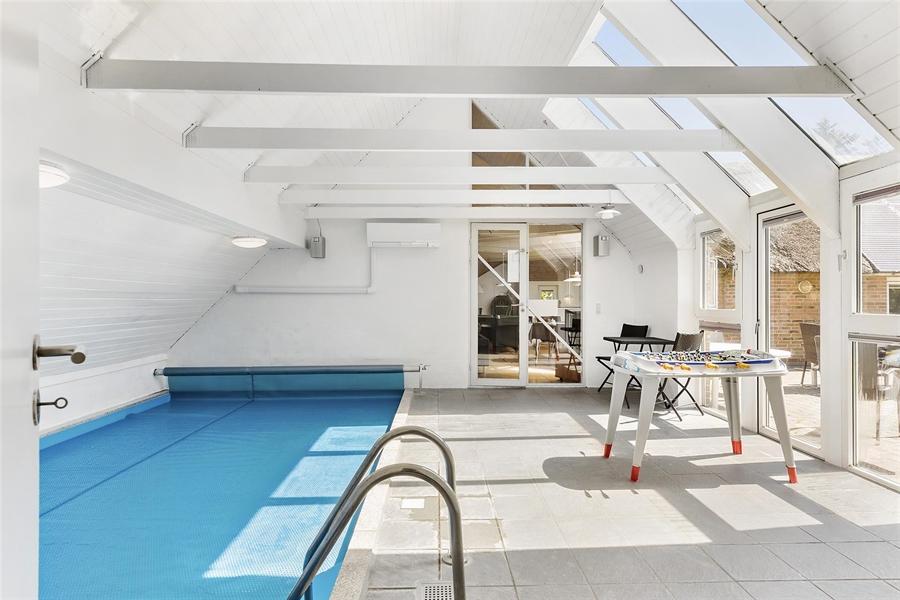 Poolraum in Nr. 22 mit Blick auf das Wohnzimmer.