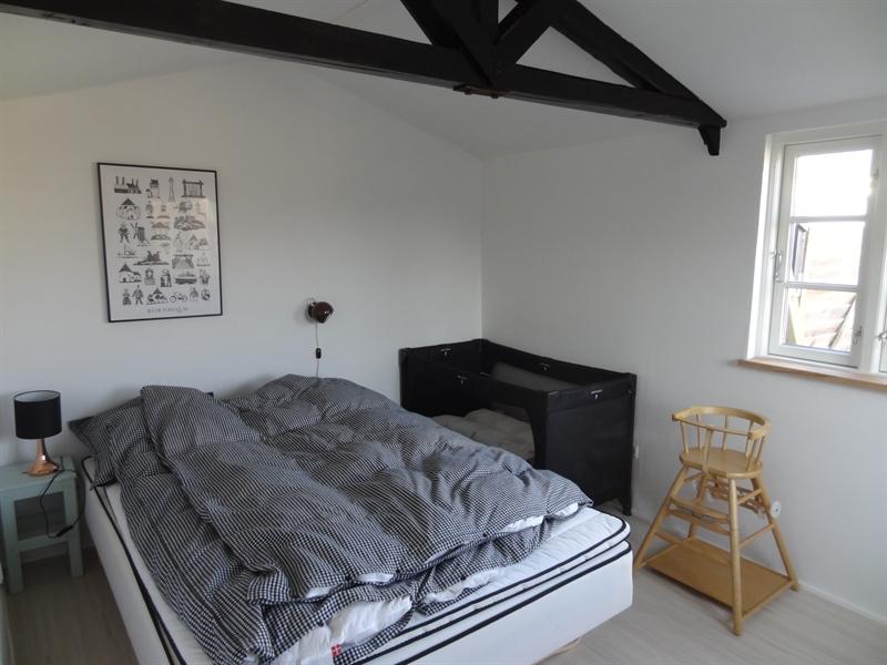 Schlafzimmer mit Doppelbett und Baby Bett